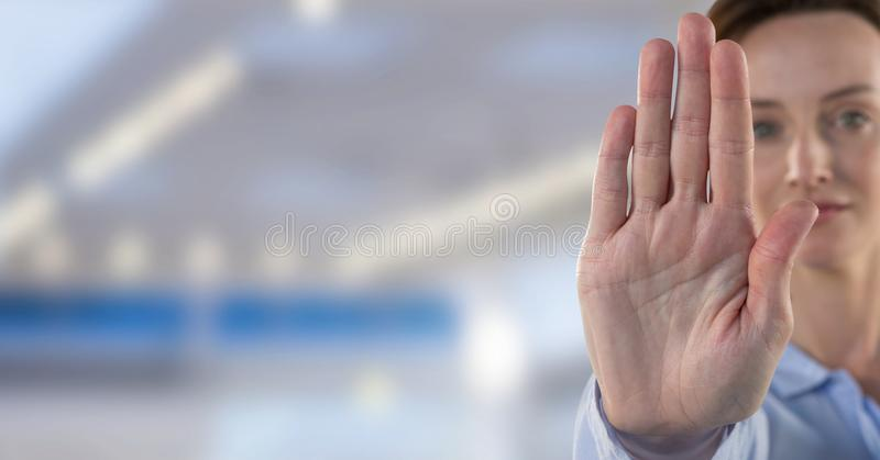 Femme tenant la main pour s'arrêter images libres de droits