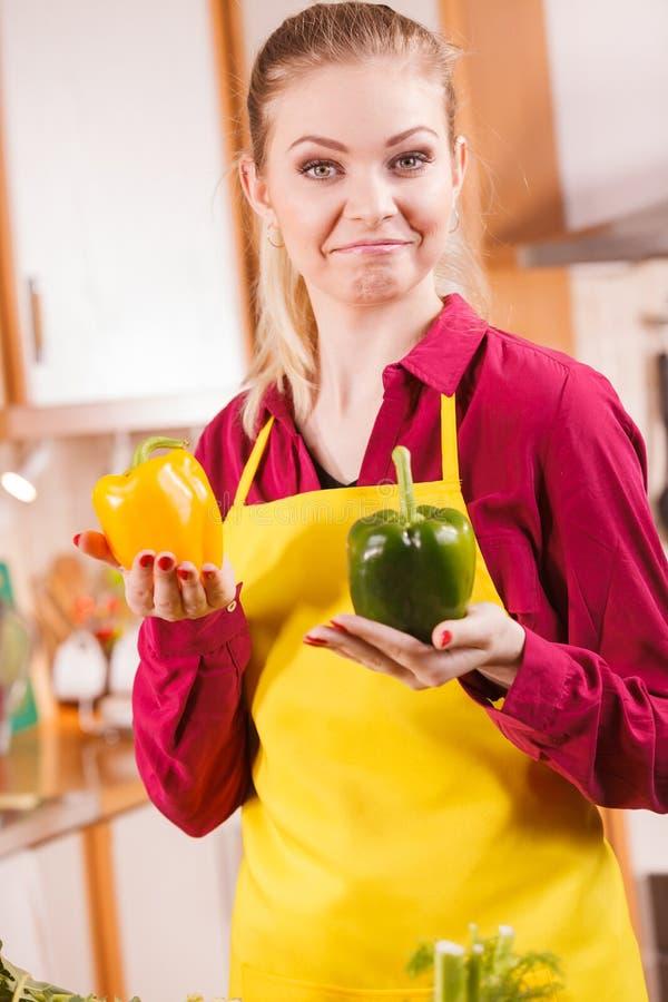 Femme tenant la pensée de paprika de paprika photographie stock libre de droits