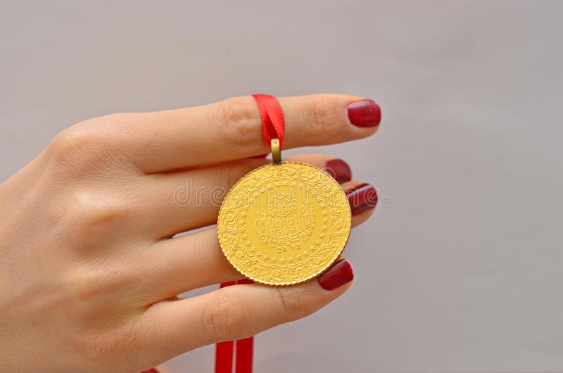 Femme tenant la pièce d'or turque image stock