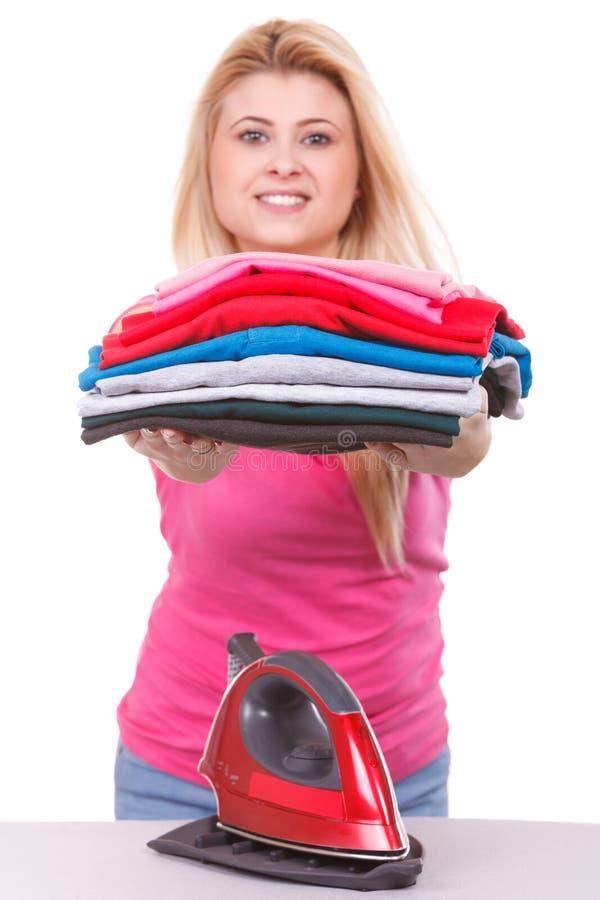 Femme tenant la pile des vêtements pliés photos stock