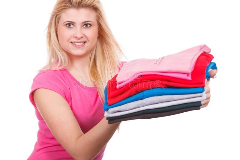 Femme tenant la pile des vêtements pliés photo stock