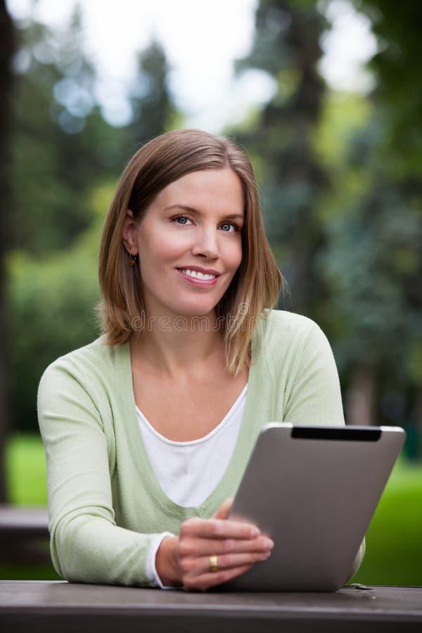 Femme tenant la Tablette de Digital photos stock