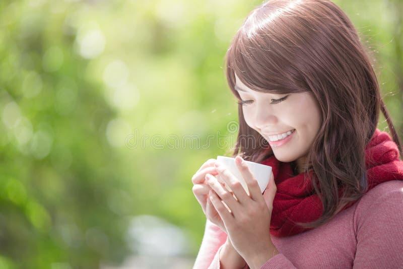 Femme tenant la tasse en hiver image libre de droits