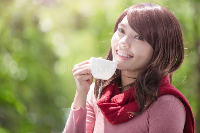 Femme tenant la tasse en hiver photographie stock