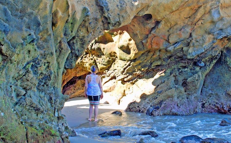 Femme tenant la voûte intérieure de littoral dans le Laguna Beach, la Californie photos libres de droits
