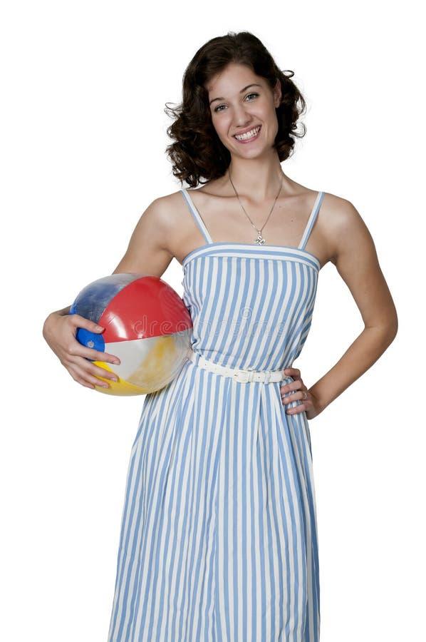 Femme tenant le ballon de plage photo stock
