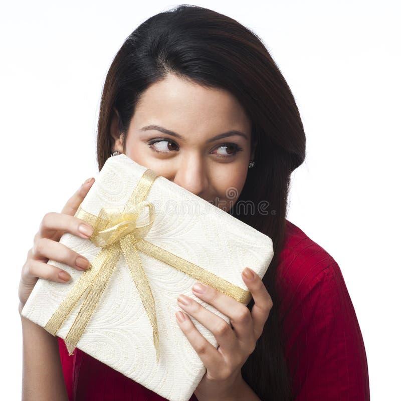 Femme tenant le boîte-cadeau photo stock
