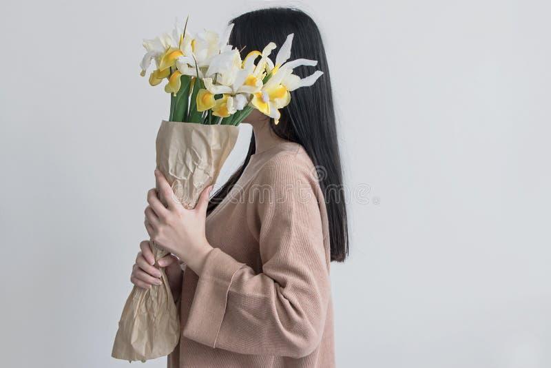 Femme tenant le bouquet de fleur d'iris jaune photos libres de droits