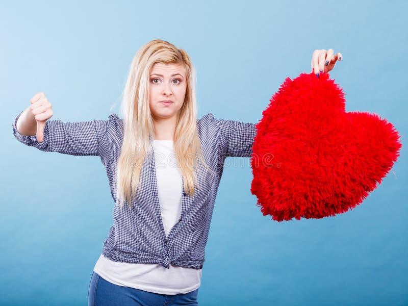 Download Femme Tenant Le Coeur Rouge Montrant Le Pouce Vers Le Bas Photo stock - Image du rouge, femme: 87704684