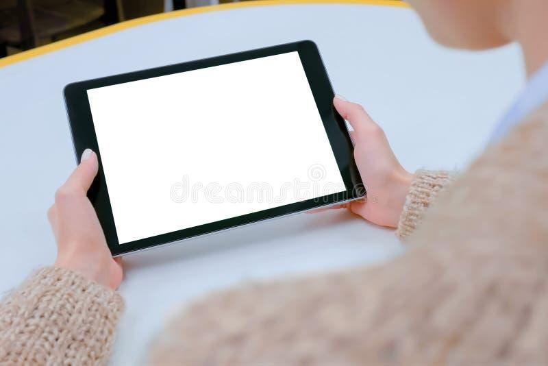 Femme tenant le comprimé noir avec l'écran vide blanc - image de maquette photographie stock libre de droits
