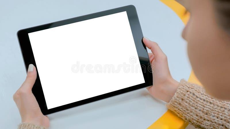 Femme tenant le comprimé noir avec l'écran vide blanc - image de maquette image stock