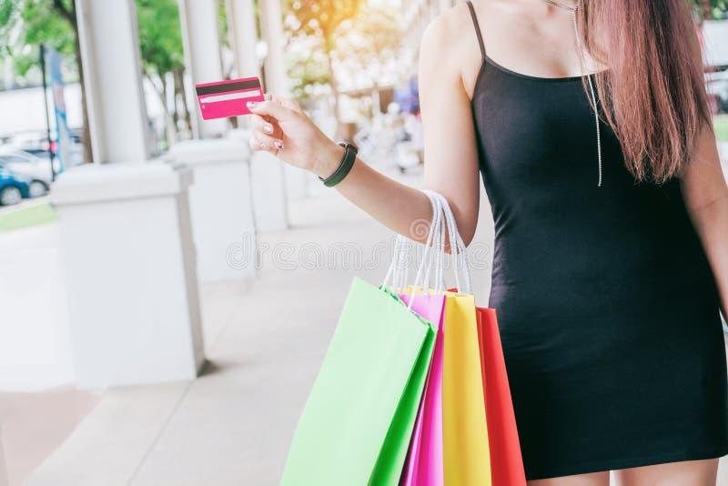 Femme tenant le crad de crédit appréciant la rue de achat images libres de droits