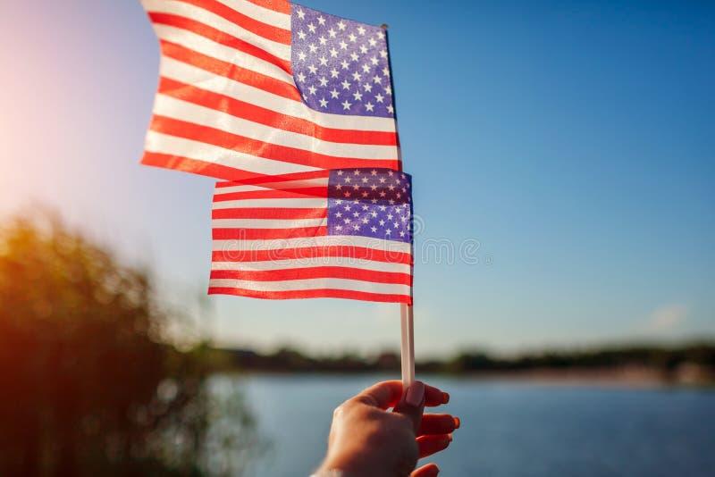 Femme tenant le drapeau des Etats-Unis C?l?bration du Jour de la D?claration d'Ind?pendance de l'Am?rique photo stock