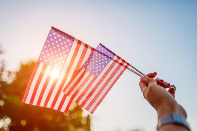 Femme tenant le drapeau des Etats-Unis C?l?bration du Jour de la D?claration d'Ind?pendance de l'Am?rique images libres de droits