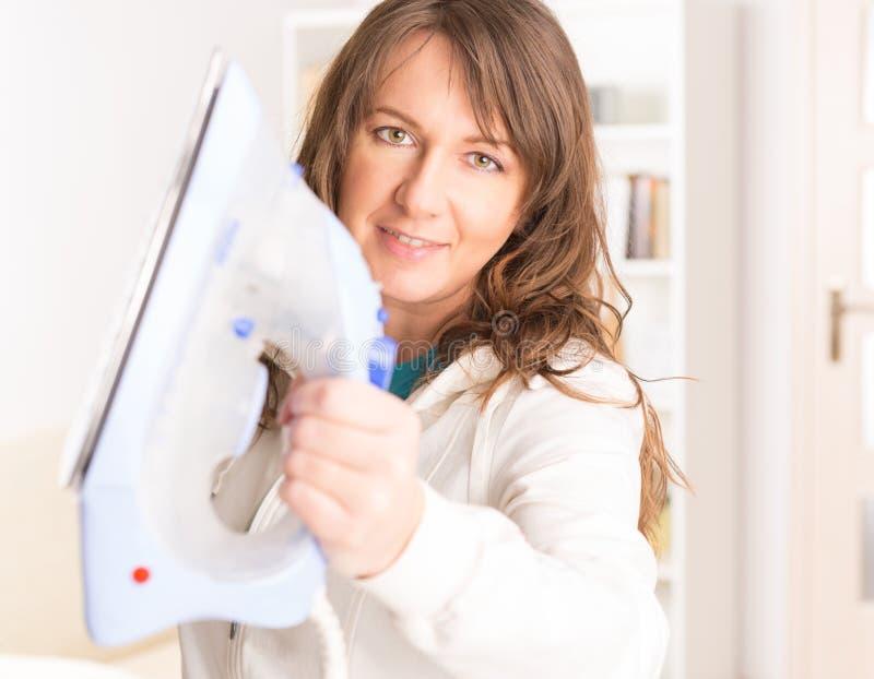 Femme tenant le fer photos libres de droits