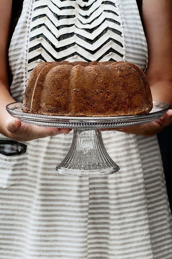 Femme tenant le gâteau entier de Bundt de citron photos stock