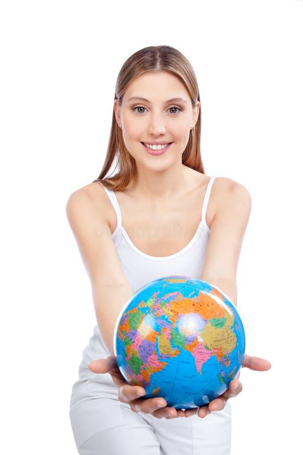 Femme tenant le globe photographie stock