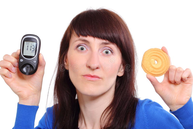 Femme tenant le mètre et le gâteau de glucose photo libre de droits
