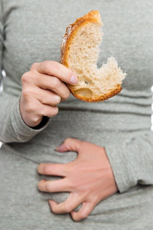 Femme tenant le pain de blé, la maladie coeliaque ou l'état coeliaque photographie stock libre de droits