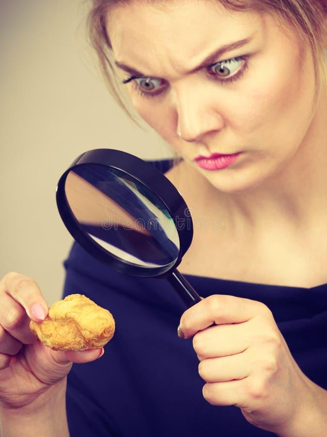 Femme tenant le pain de investigation de loupe images libres de droits