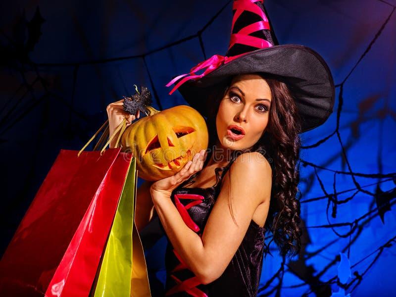 Femme tenant le panier de Halloween image libre de droits