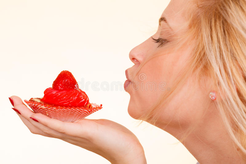 Femme tenant le petit gâteau doux de fraise image libre de droits