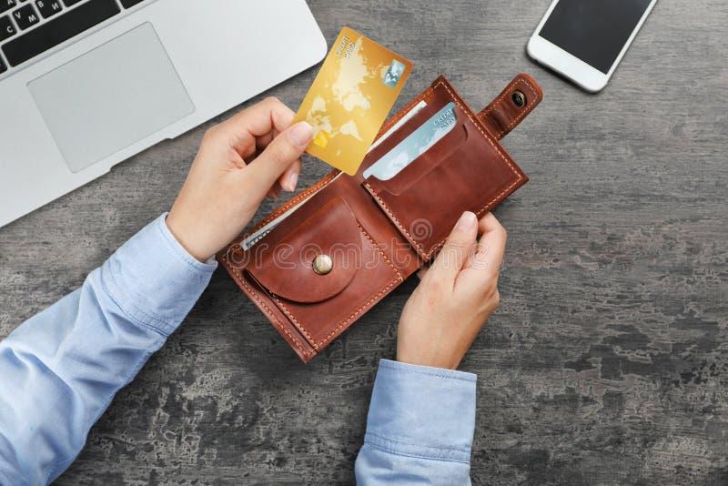 Femme tenant le portefeuille en cuir avec des cartes de crédit photo libre de droits