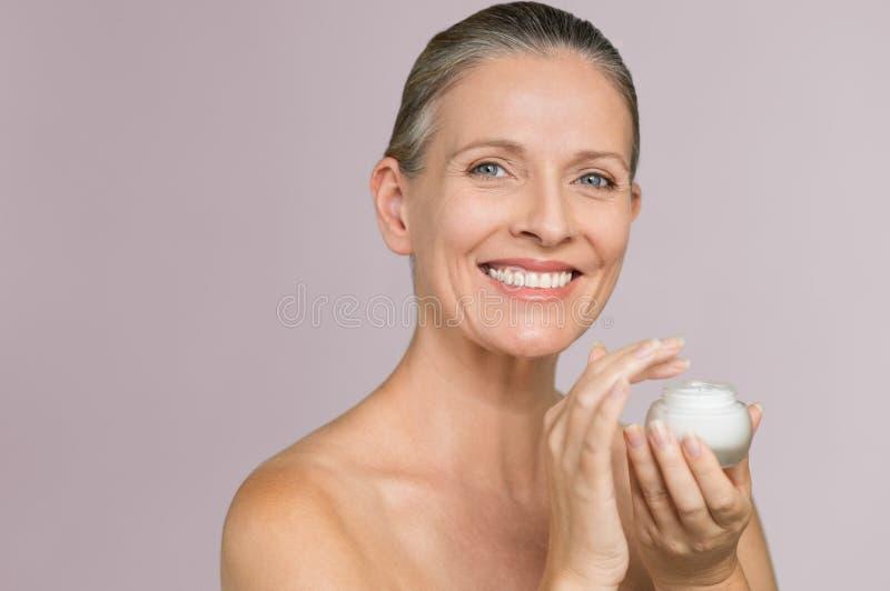 Femme tenant le pot de crème hydratante photographie stock