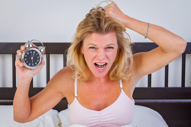 Femme tenant le réveil photo libre de droits