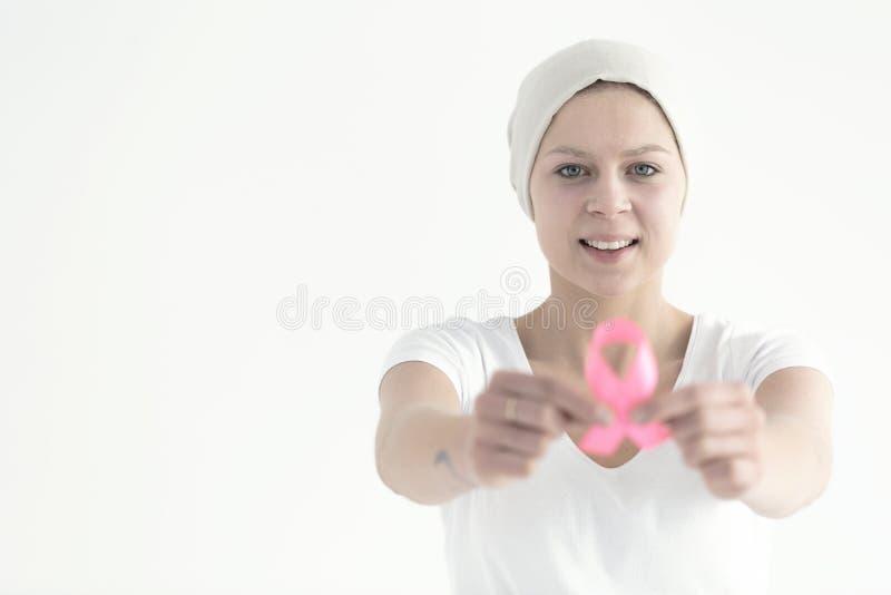 Femme tenant le ruban rose photos libres de droits