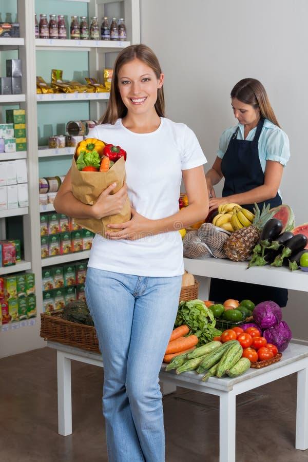 Femme tenant le sac d'épicerie à l'épicerie photo stock