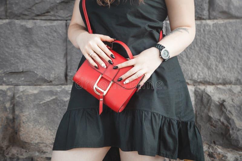 Femme tenant le sac en cuir rouge Mode photos stock
