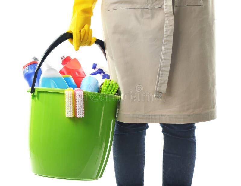 Femme tenant le seau avec des produits et des outils d'entretien images stock