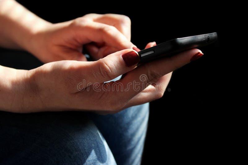 Femme tenant le smartphone photos libres de droits