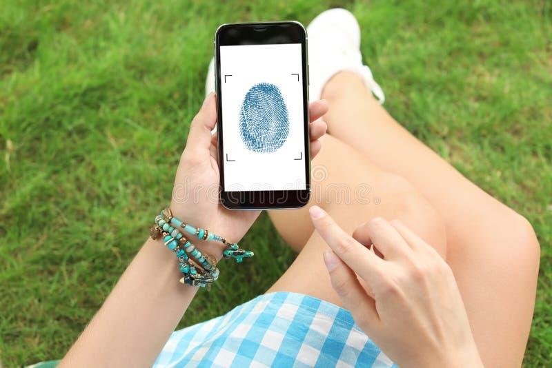 Femme tenant le smartphone avec l'écran vide Maquette pour la conception photo stock