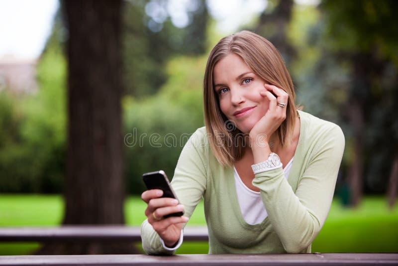 Femme tenant le téléphone portable photos stock