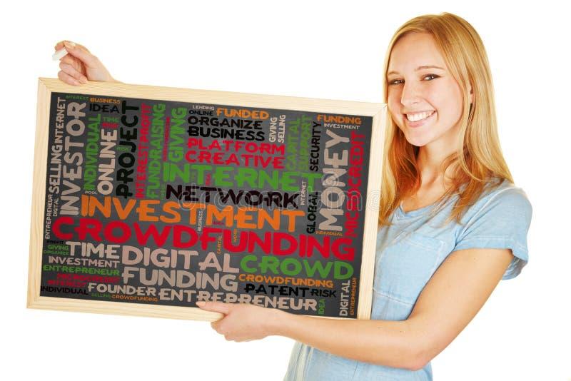 Femme tenant le tableau noir avec le concept crowdfunding photo libre de droits