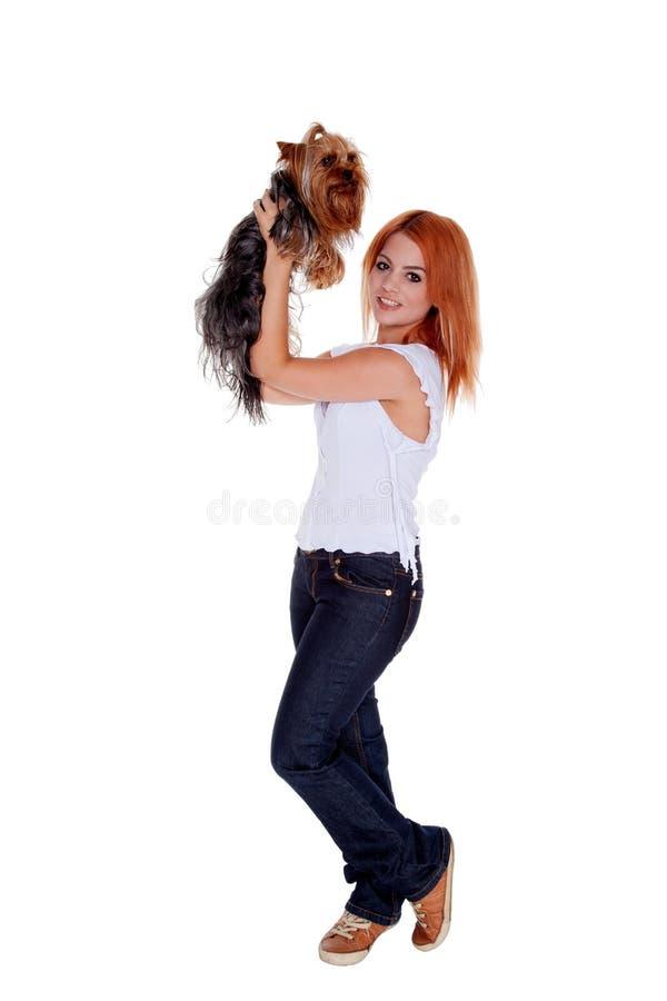 Femme tenant le terrier de Yorkshire photos libres de droits