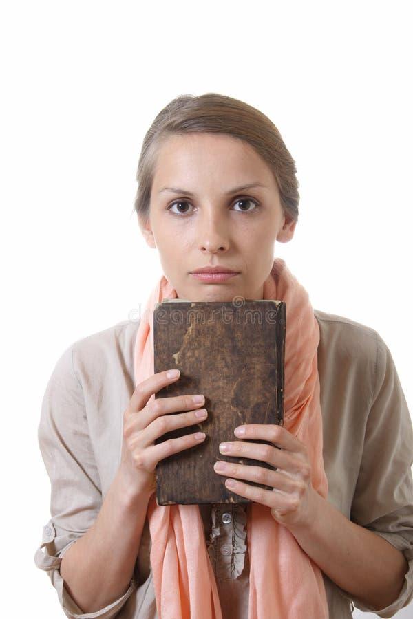 Femme tenant le vieux livre, d'isolement image libre de droits