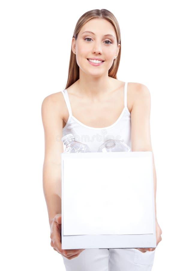 Femme tenant réutiliser la boîte de rebut photo stock