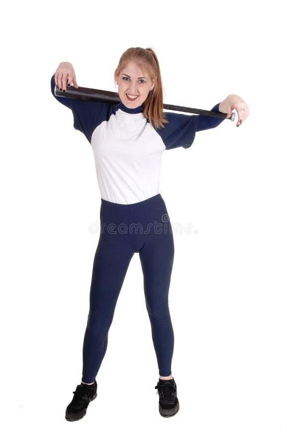 Femme tenant sa batte du base-ball au-dessus de son épaule photo libre de droits