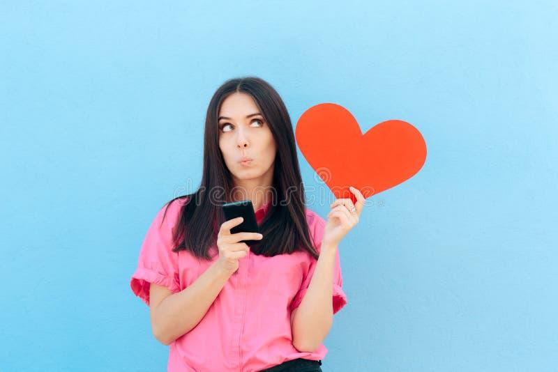 Femme tenant Smartphone trouvant l'amour d'Internet en ligne photo stock