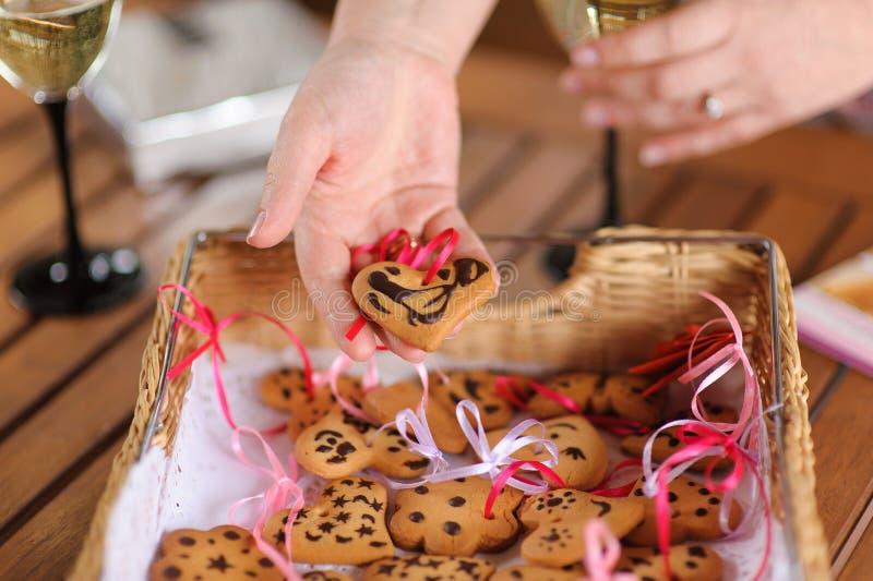 Femme tenant un biscuit en forme de coeur photos stock