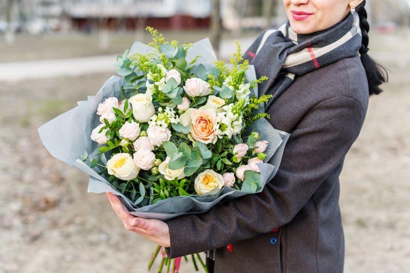 Femme tenant un bouquet de belles et colorées fleurs dans des mains Aucun visage Photo de plan rapproch? photo stock