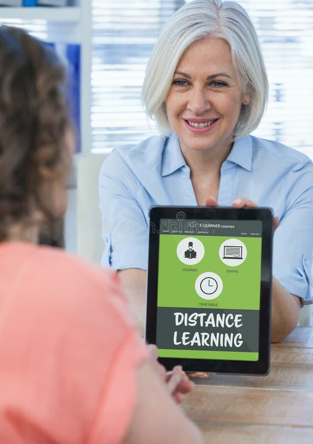 Femme tenant un comprimé avec l'information d'apprentissage en ligne dans l'écran images libres de droits
