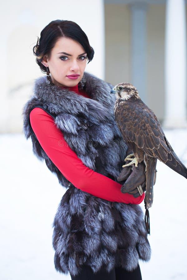Femme tenant un faucon image libre de droits