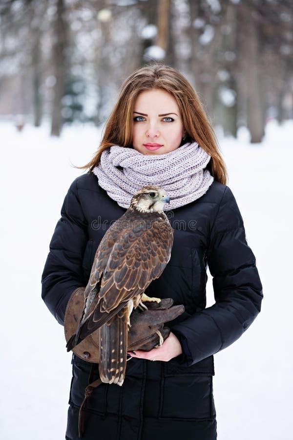 Femme tenant un faucon images libres de droits