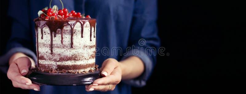 Femme tenant un gâteau de fruit, calibres de couverture pour les réseaux sociaux images stock