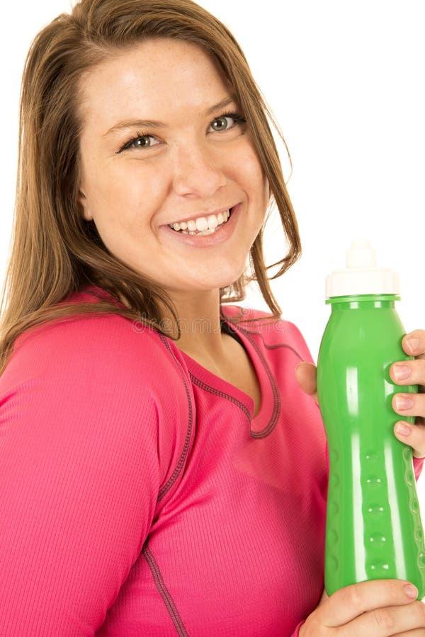 Femme tenant un hydrate vert de boissons de bouteille d'eau photo libre de droits