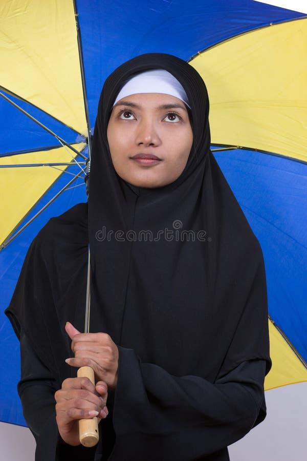 Femme tenant un parasol photographie stock libre de droits